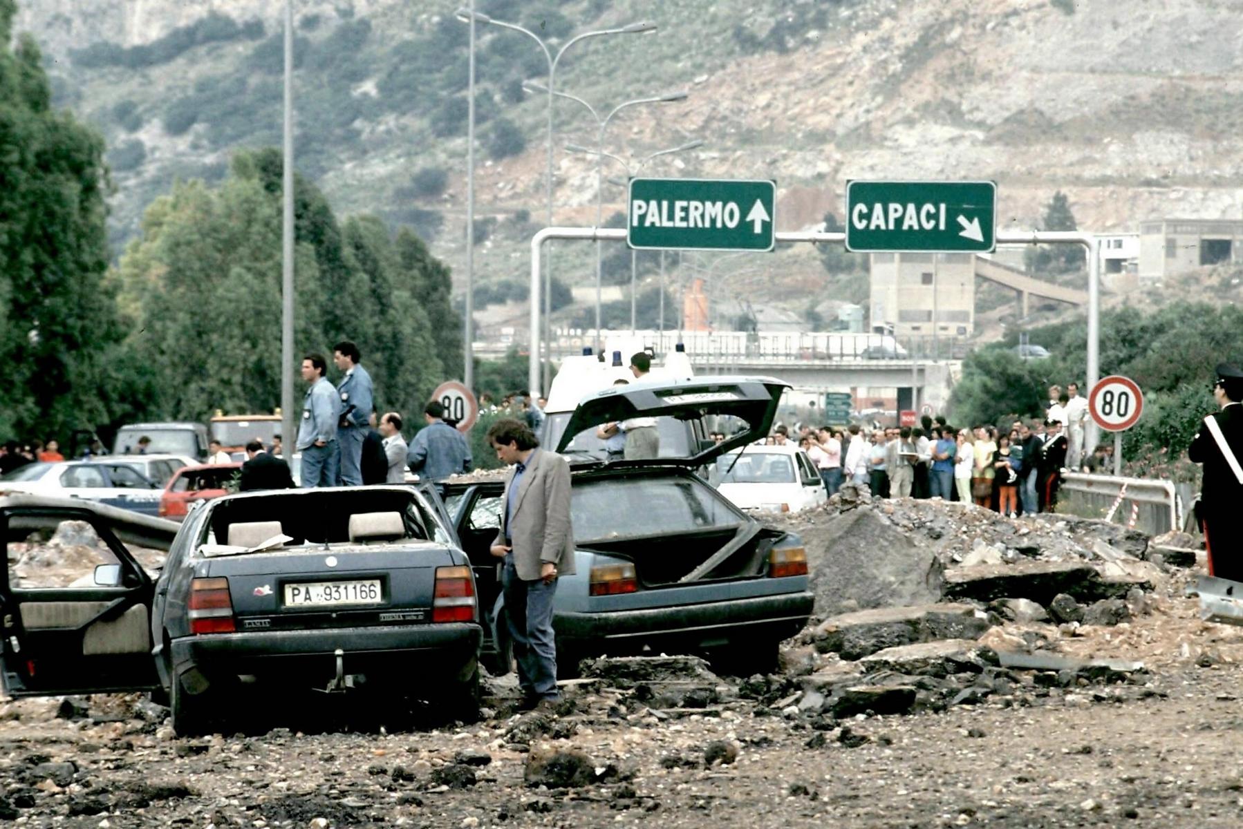 Mafia, a Palermo 2 cortei raggiungono l'albero di Falcone