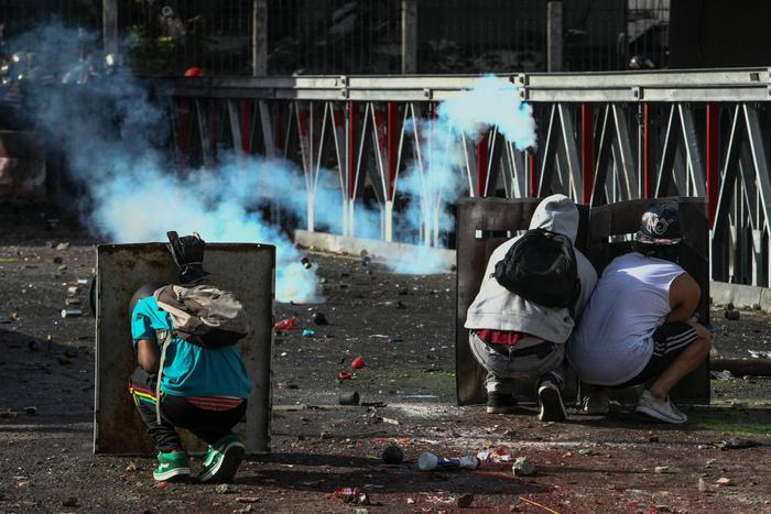 Caos in Venezuela, manifestante di 21 anni dato alle fiamme