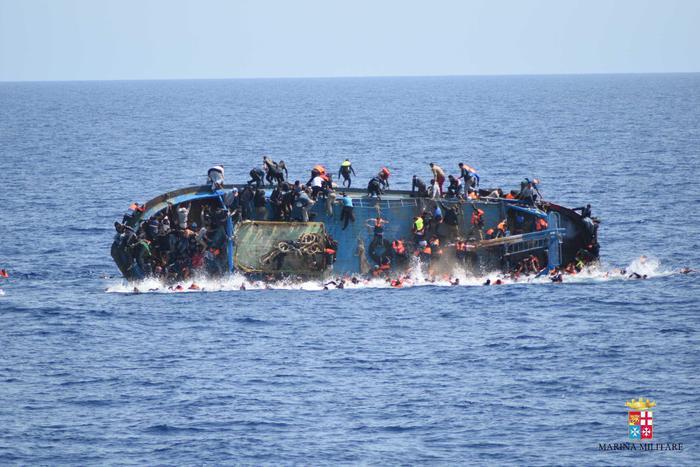 Ancora un naufragio nel Mediterraneo: almeno venti morti