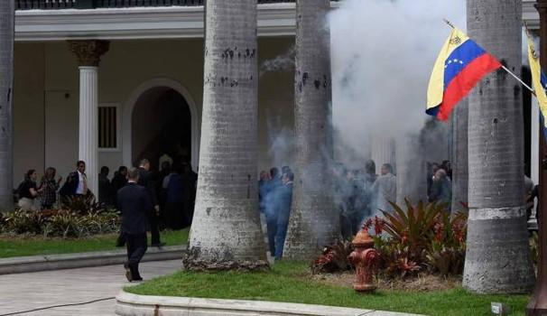 L'irruzione dei sostenitori di Nicolás Maduro nel parlamento del Venezuela
