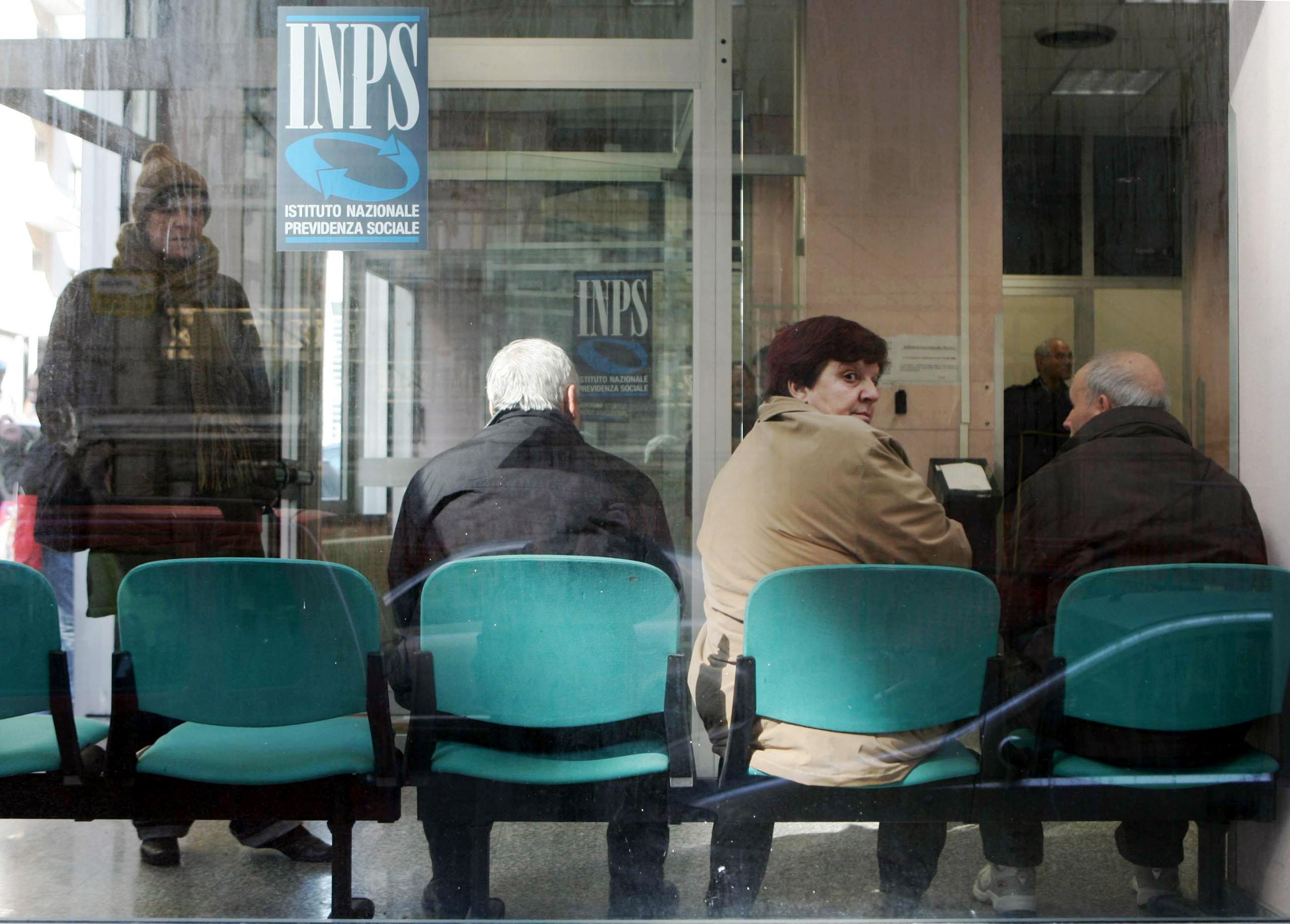 Pensioni, gli italiani ci restano 2 anni e mezzo in meno