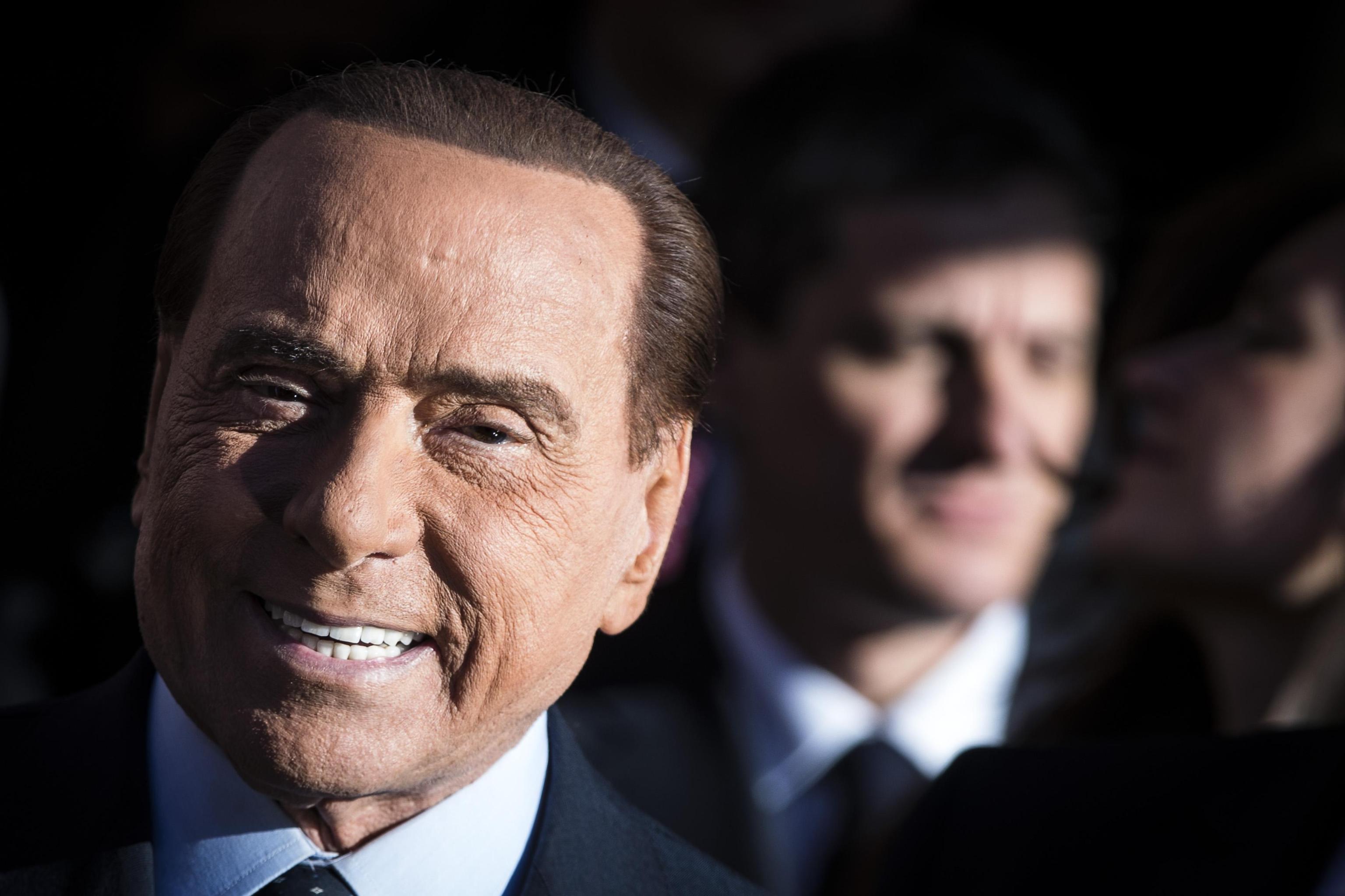 SIlvio Berlusconi firma il nuovo contratto con gli italiani