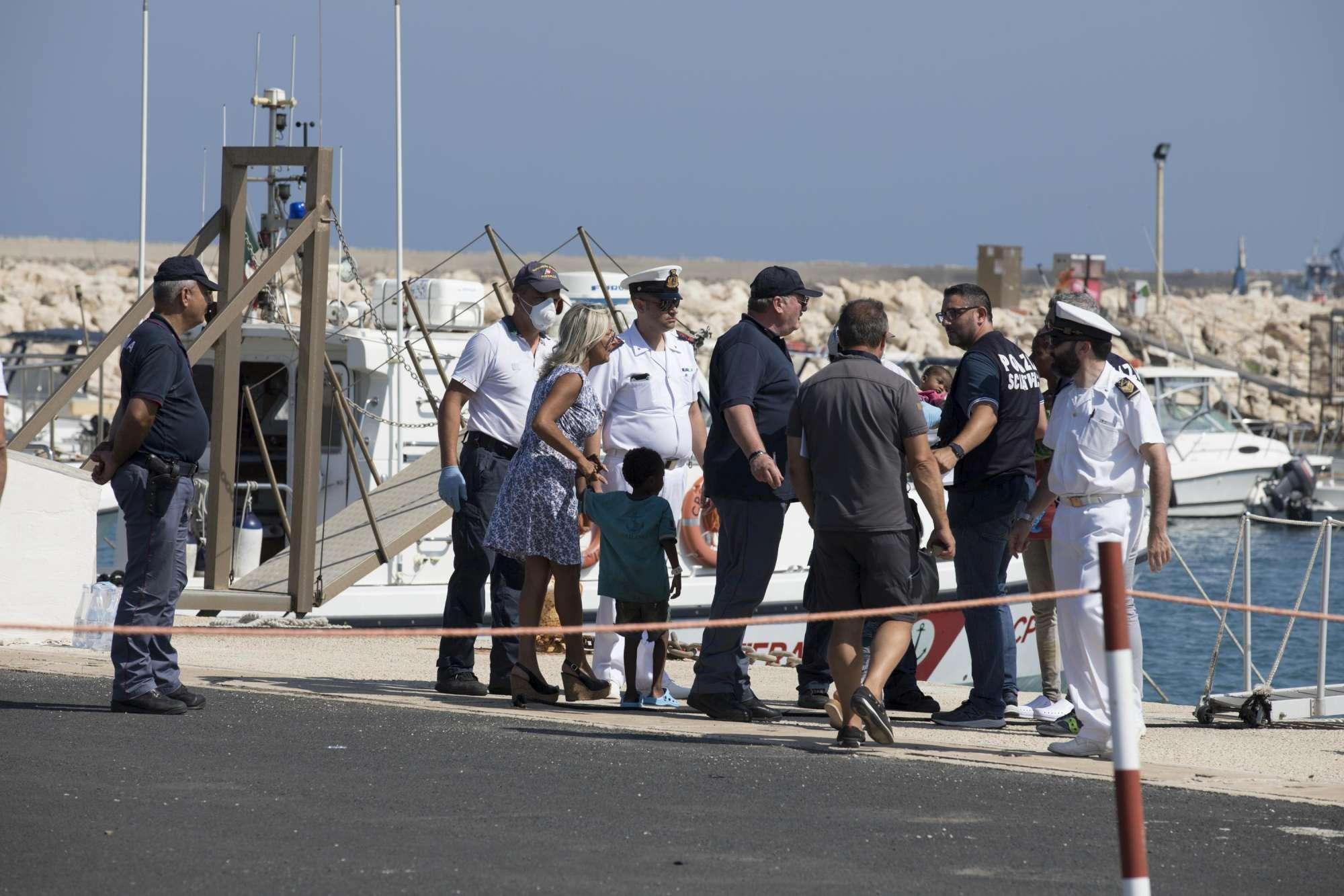 Pozzallo, i migranti possono sbarcare e ridistribuiti. Il ministro dell'Interno: