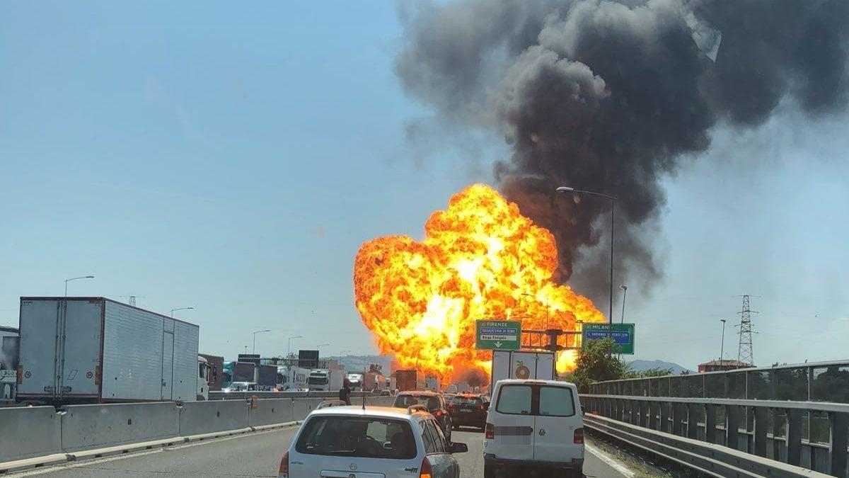 Incendio ed espolsione sulla tangenziale di Bologna, vittime e feriti