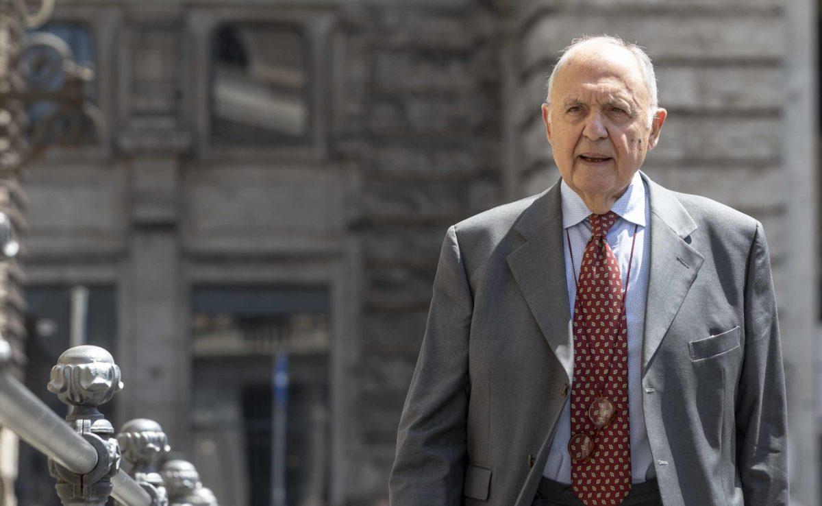 Savona smentisce l'ipotesi di dimissioni