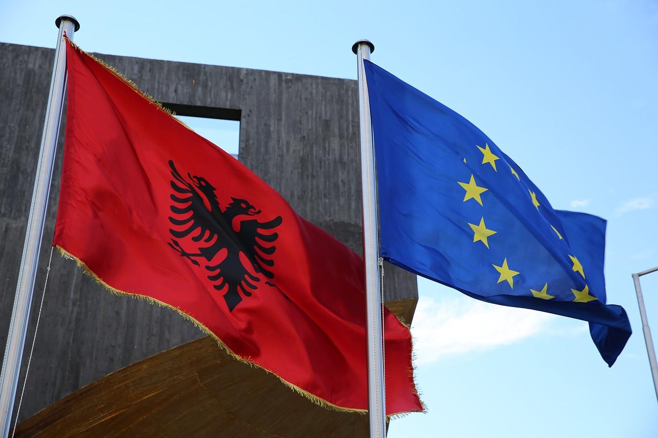 Albania, proteste a Tirana: manifestanti assaltano sede governo con impalcature di ferro